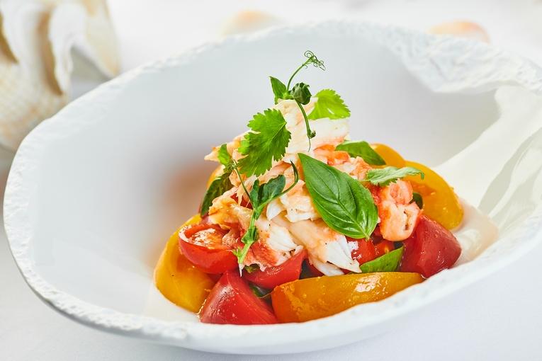 Салат из сладких помидоров с камчатским крабом под соусом Юдзу