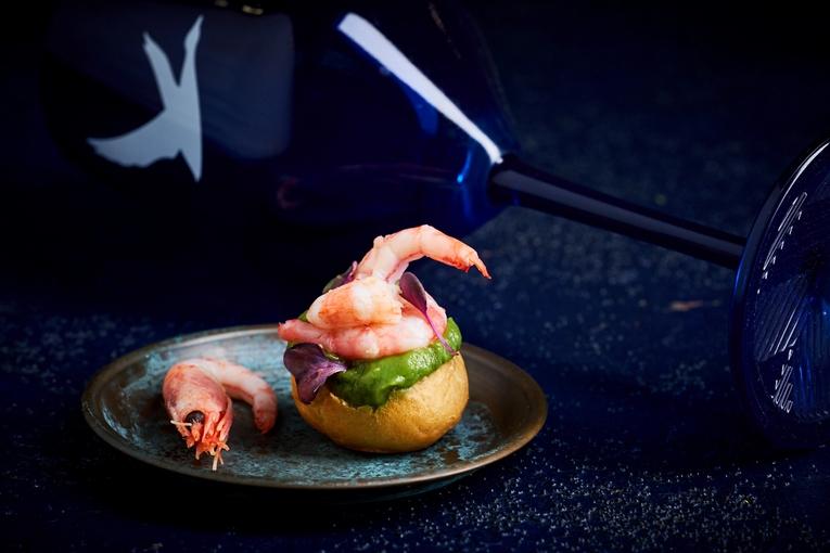 Амюз буш - магаданские креветки в профитроле с соусом из авокадо