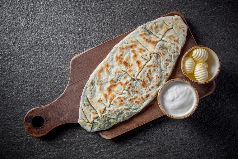 Женгялов хац - лепешка с рублеными горными травами и соусом из мацуна