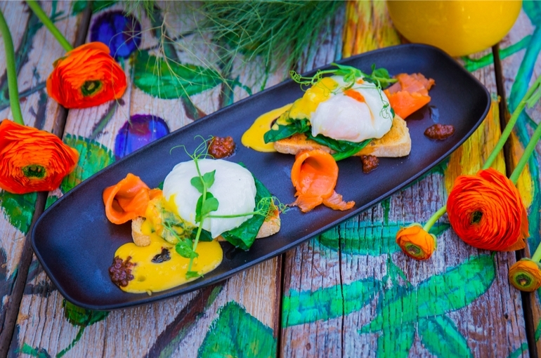 Яйца бенедикт на тостах со шпинатом, лососем и икрой
