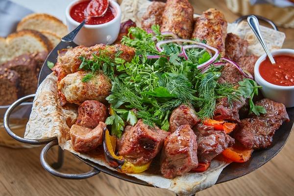 Sadj. Assorti shashlykov i kebabov_Valenok.jpg