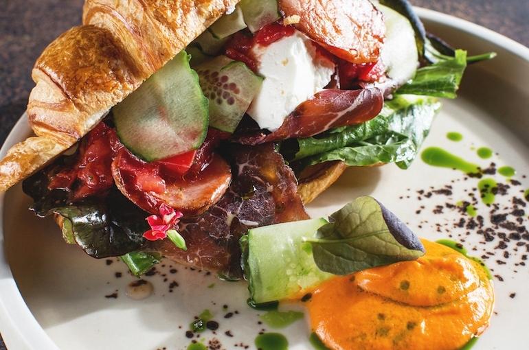 Сэндвич с ароматными колбасками, пастрами и сыром страчателла