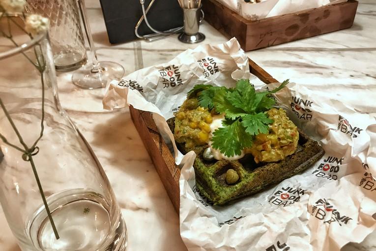 Зелёные вафли «Город-сад» с гуакамоле