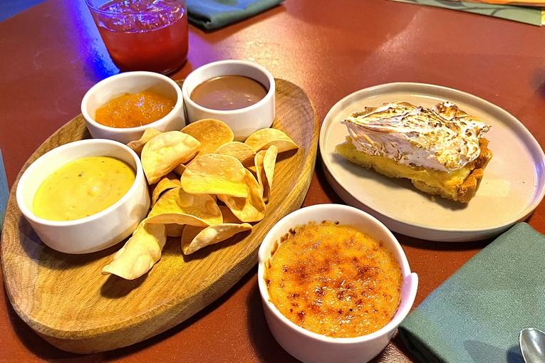 Ассорти десертов: песочные чипсы с 3 соусами, лаймовый тарт, грейпфрутовая каталана