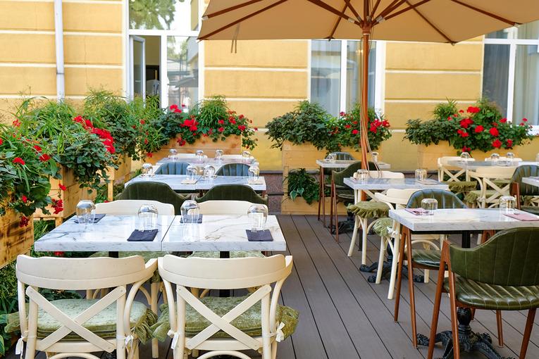 В ресторане «Купцы и устрицы», во дворе старинной купеческой усадьбы, открылась летняя веранда.