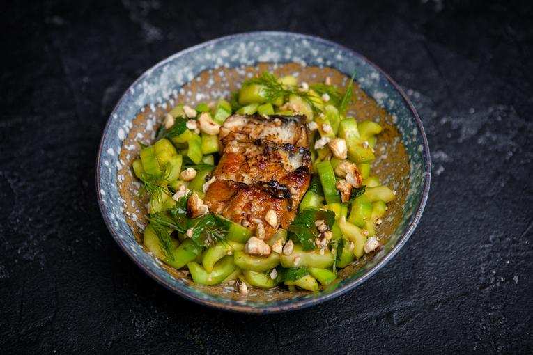 Тёплый салат с угрем и орехом кешью (570р.)