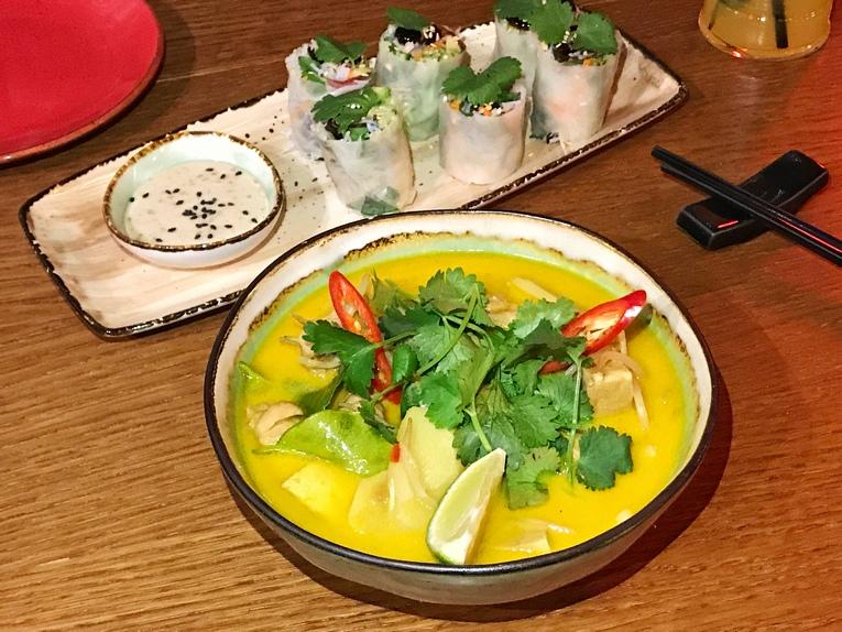Немы с копченой уткой, древесными грибами и арахисовым соусом; Сингапурская лакса с креветками и тофу