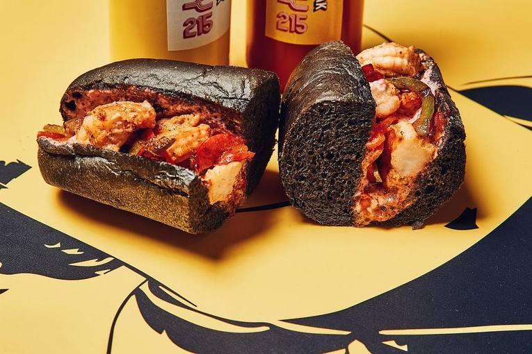 Чизстейк - это сэндвич из тонко нарезанной говядины, обжаренной с луком и сыром