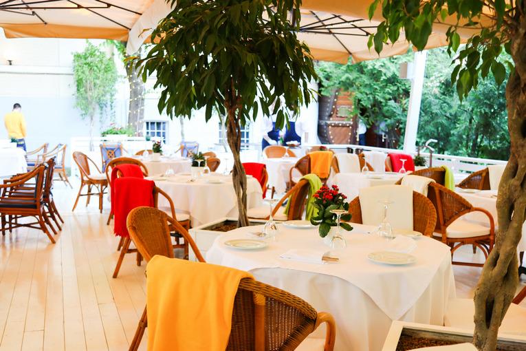 Летняя веранда в ресторане Сирена