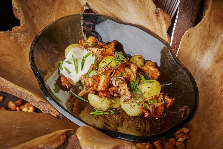 Molodoi kartofel s lisichkami