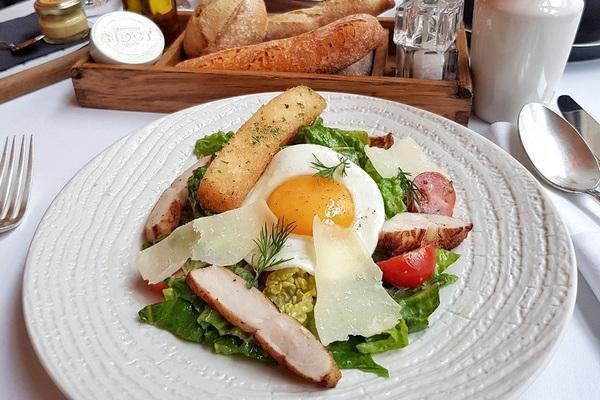 Brasserie Most_Salat s cuplenkom Kesar.jpeg