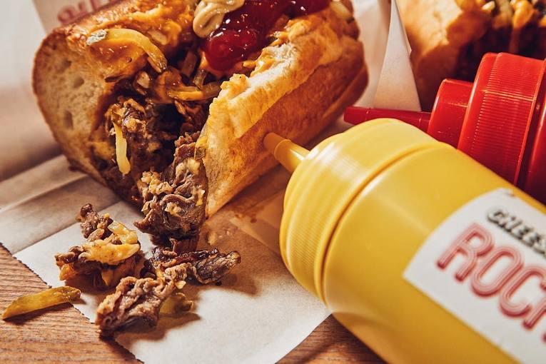 Чизстейк - это сэндвич из тонко нарезанной говядины, обжаренной с луком и сыром.