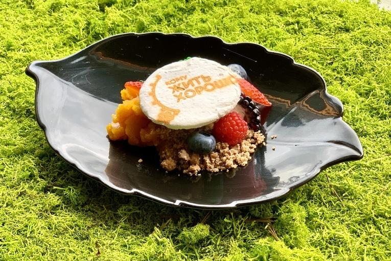 Облепиховое желе с пекановой крошкой, кокосовыми сливками и лесными ягодами