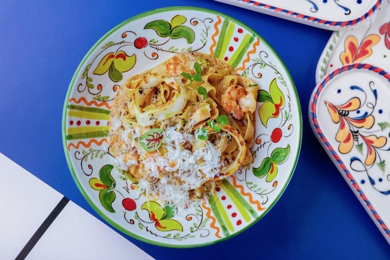 Папарделле с креветками и кальмарами в томатно-сливочным соусе (690 р.)