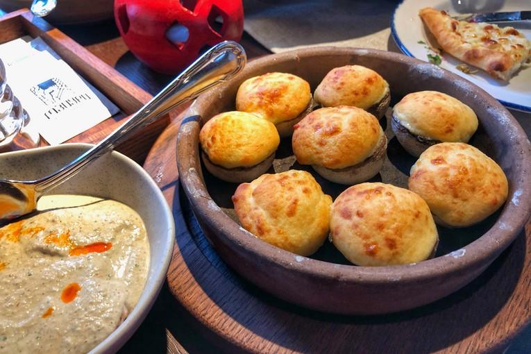 Солнце в тарелке, шашлыки в душе в ресторане Мзиури