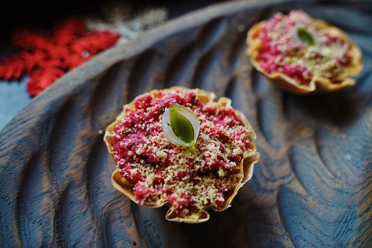 Крендель - это гастропаб, новый проект Максима Горячева, где все блюда, представленные в меню, гости едят исключительно руками.