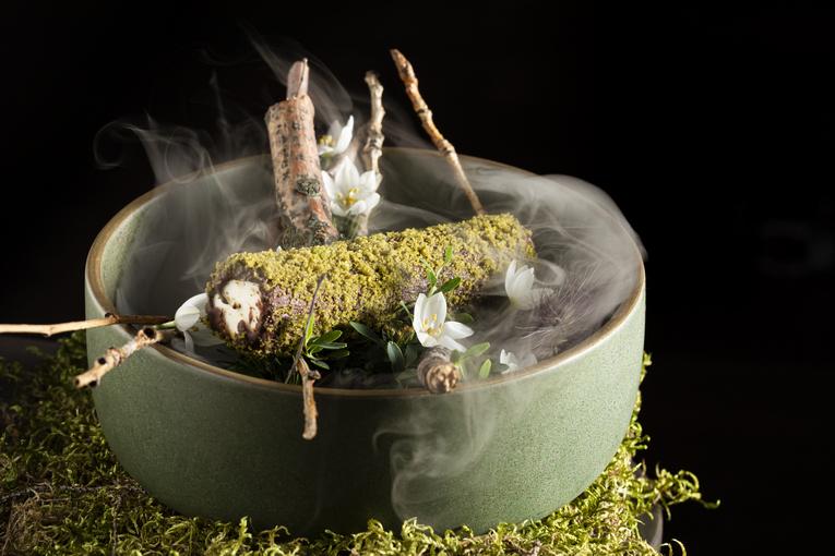 Глазированный сырок, мох из базилика и кинзы