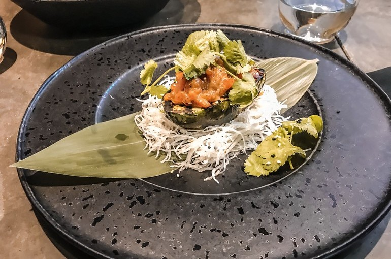Тартар из лосося на обожженном авокадо