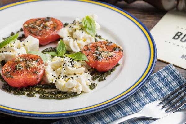 Mozzarella s pesto i pomidorami.jpg