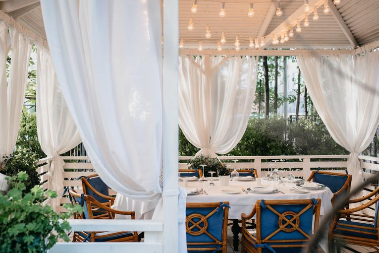Летняя веранда ресторана Sirena ждет гостей