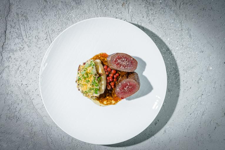 Филе оленя, ремулад из сельдерея, пастернак и горчичный соус