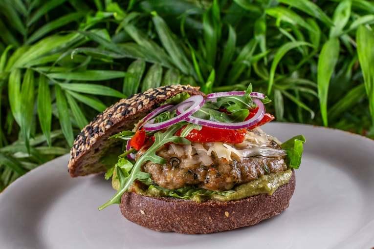 Burger_so_svinnoy_kotletoy