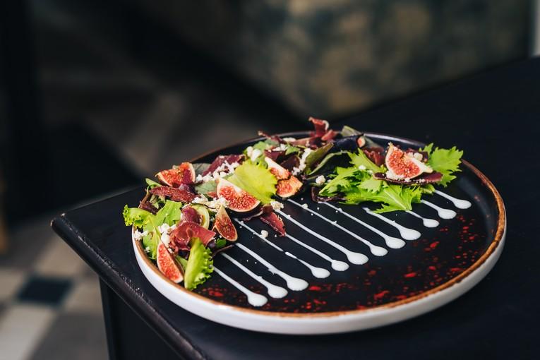 Салат из бастурмы с инжиром