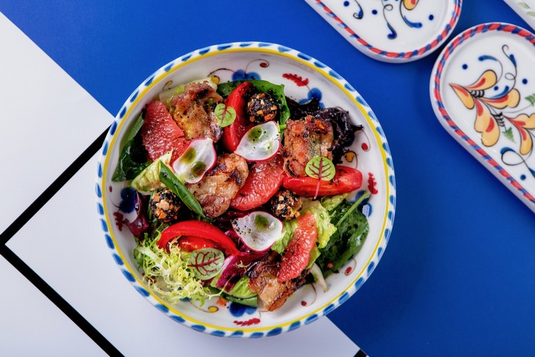 Салат с перепелкой, сыроедческими конфетами и грейпфрутом (690 р.)