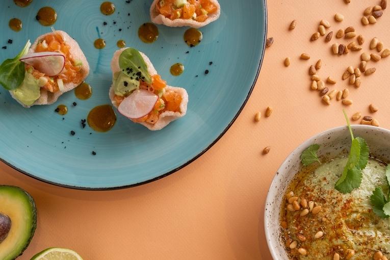 Тартар из лосося, 480р. Зеленый хумус с авокадо, 360р.