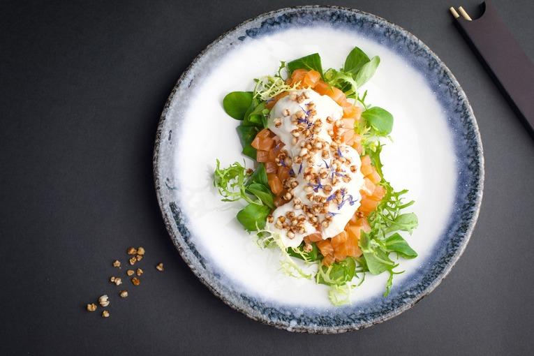 Тартар из лосося со страчателлой