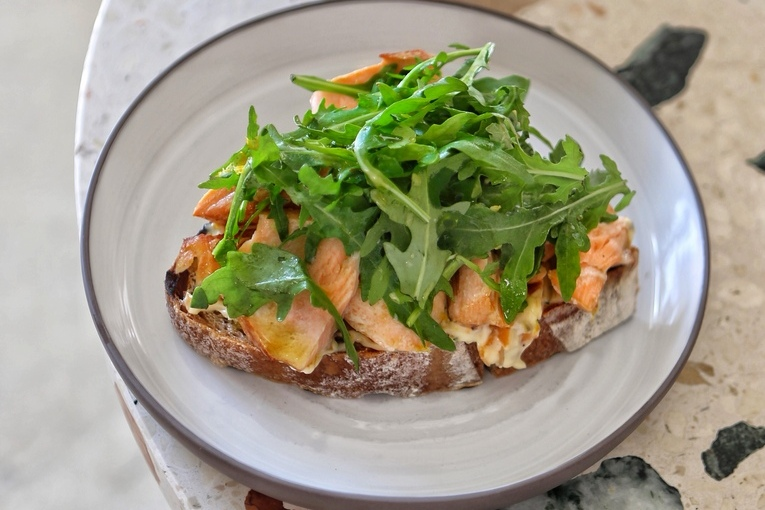 Обжаренный на гриле тост серого хлеба с копченым палтусом илососем, 790р.
