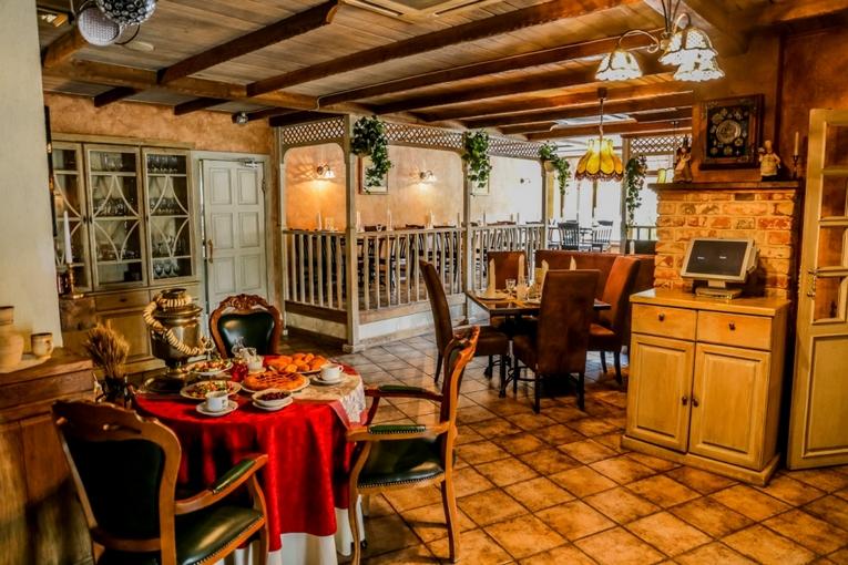 Небольшой каменный зал «Грот» располагает к проведению деловых обедов и семейных торжеств.