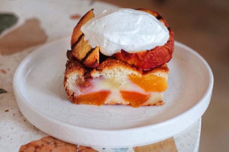Мамин пирог (прогретый с запеченными персиками бисквит), 490р.