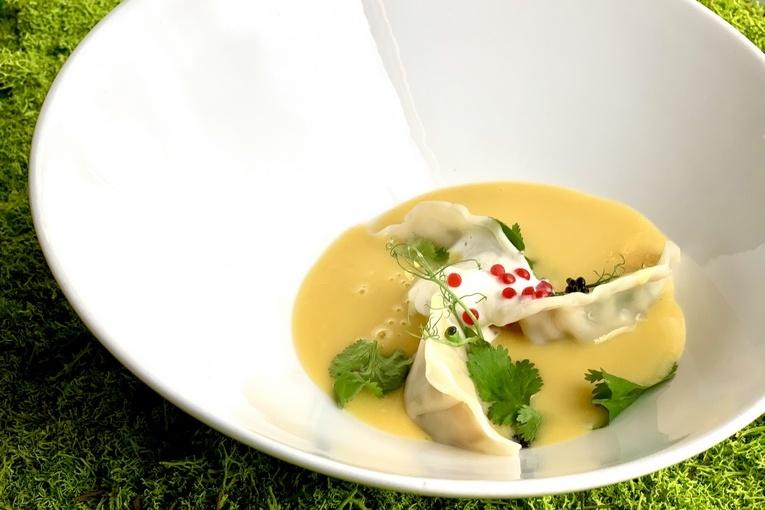 Гедза с креветкой и кукурузно - трюфельным супом под козьим муссом