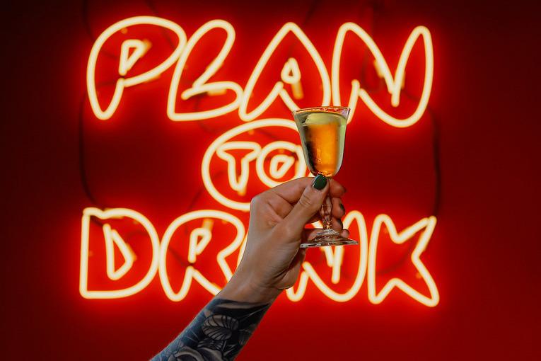 Бар Plan to Drink: 50 интернациональных настоек, оригинальные хот-доги и фри с топингами in-n-out