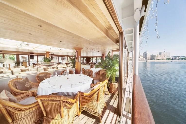 Летняя веранда ресторана-яхты «Чайка»