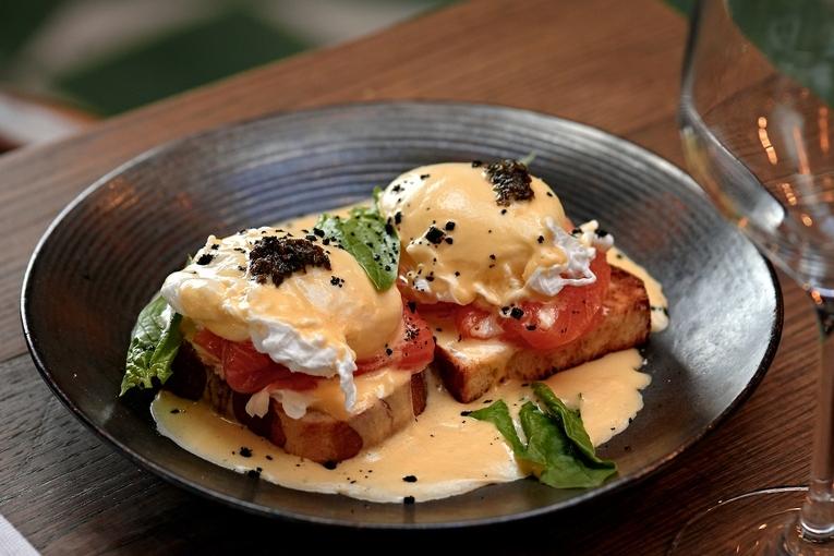 Яйцо пашот со слабосоленым лососем и голадндским сыром