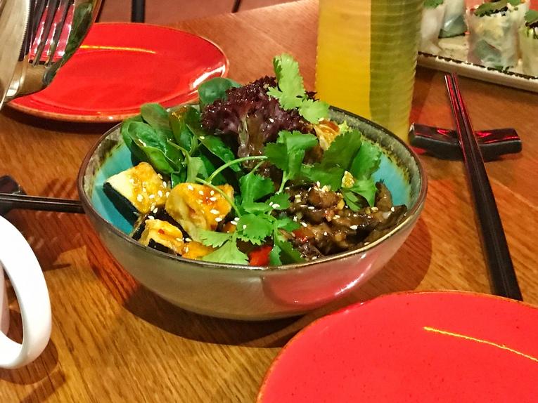 Салат с теплой говядиной и хрустящими баклажанами