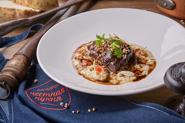 Телячья щечка с кашей из сельдерея, ресторан «Честная Кухня»
