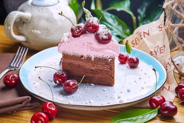 SEVEN_Shokoladnii tort s merengoi i vishnei.jpg