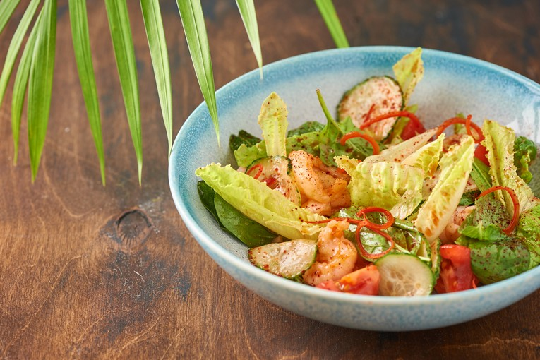 Теплый салат с тигровыми креветками и кальмарами